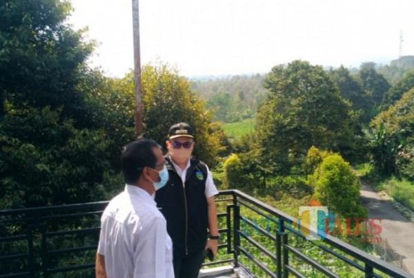 Bupati Kediri Hanindhito Himawan Pramana saat meninjau pos pantau.(eko arif s/jatimtimes)
