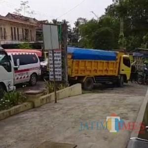 Dilalui Banyak Truk Pengangkut Pasir, Warga Pasirian Keluhkan Jalan Desa Rusak