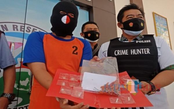 Pelaku dan barang bukti cabai berisi narkoba ditunjukkan oleh petugas Satreskoba Polres Jombang. (Foto : Adi Rosul / JombangTIMES)