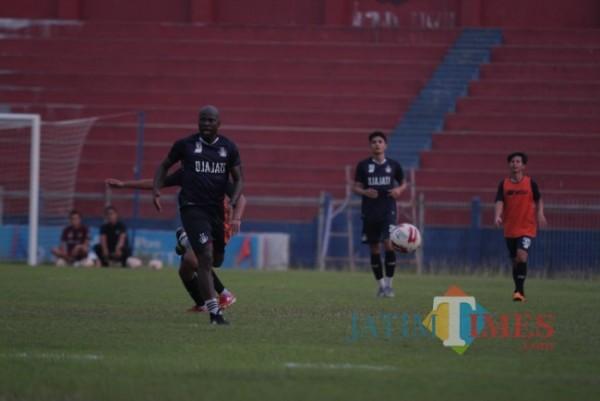 Pemain Persik Kediri saat berlatih di stadion Brawijaya .(ist)