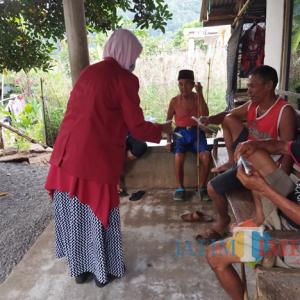 PMM UMM Kelompok 33 Bagi Masker Cegah Penularan Covid 19 di Desa Wonoagung Kasembon