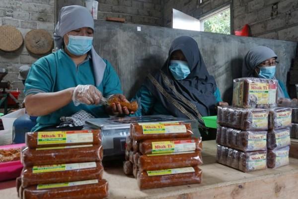 "Beromzet 2 ton per bulan, ""Sambel Pecel Mbak Ti"" racikan warga Betet Kota Kediri laris di pasar domestik hingga mancanegara. (Foto: Ist)"