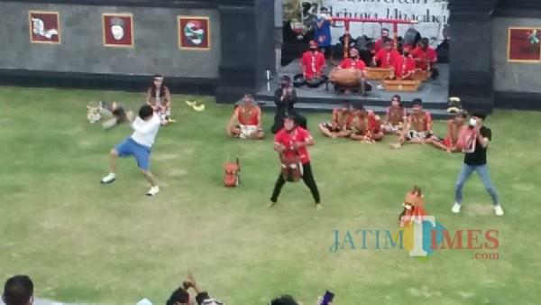 Wisatawan dan pemain saat menunjukkan aksi Glendo Barong di Sendratari Kelurahan Sisir, Kecamatan Batu, Jumat (28/5/2021). (Foto: istimewa)