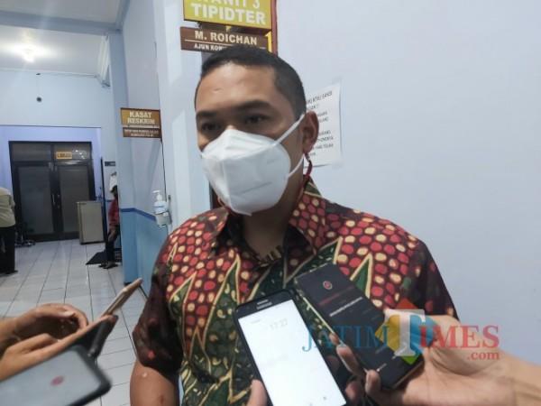 Kasat Reskrim Polresta Malang Kota Kompol Tinton Yudha Riambodo saat ditemui awak media di Mapolresta Malang Kota, Jumat (28/5/2021). (Foto: Tubagus Achmad/MalangTIMES)