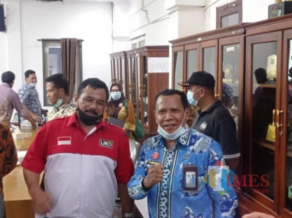Ketua DPD LIRA Malang Raya M. Zuhdy Achmadi (baju merah putih) bersama Direktur Utama Perumda Tirta Kanjuruhan Syamsul Hadi. (Foto: Hendra Saputra/MalangTIMES)