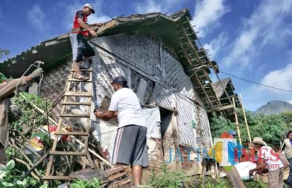 Salah satu rumah tidak layak huni bersiap untuk dibedah di Kota Batu. (Foto: Irsya Richa/MalangTIMES)