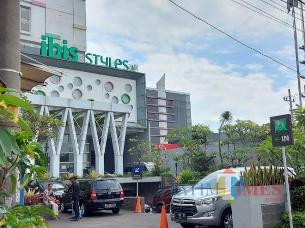 Tampak luar Hotel Ibis Style Kota Malang, Jumat (28/5/2021). (Foto: Tubagus Achmad/MalangTIMES)