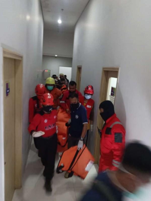 Tampak petugas penyelamatan sedang melakukan evakuasi jenazah korban dari Hotel Ibis Styles Kota Malang, Jumat (28/5/2021). (Foto: Istimewa)
