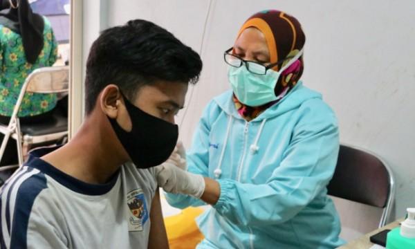 Tenaga kesehatan saat menyuntikkan vaksin kepada salah satu pedagang di Pasar Sayur Kota Batu, Jumat (28/5/2021). (Foto: istimewa)