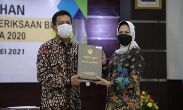 Wali Kota Batu Dewanti Rumpoko menerima laporan Kepala Badan Pemeriksa Keuangan (BPK) RI Perwakilan Provinsi Jawa Timur Joko Agus Setyono di Sidoarjo, Jumat (28/5/2021). (Foto: istimewa)