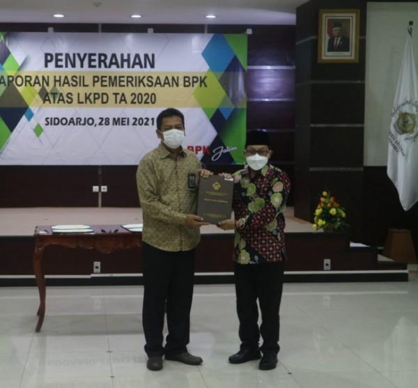 Wali Kota Malang Sutiaji (kanan) saat menerima laporan predikat WTP di kantor BPK RI Perwakilan Provinsi Jawa Timur, Jumat (28/5/2021). (Foto: Humas Pemkot Malang for MalangTIMES).