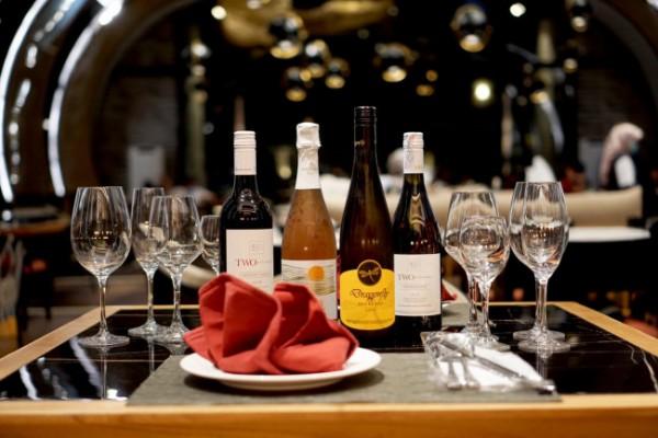 Beberapa suguhan minuman di atas meja Skydome Lounge and Bar Batu. (Foto: Golden Tulip Holland Resort Batu)