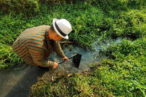 Murdoko, salah satu petani di Kecamatan Pesantren ketika membersihkan saluran irigasi sawah. (Foto: Ist)