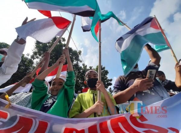 Ratusan massa melakukan aksi demo di depan Masjid Agung Kota Kediri. (Foto: eko arif s/jatimtimes)