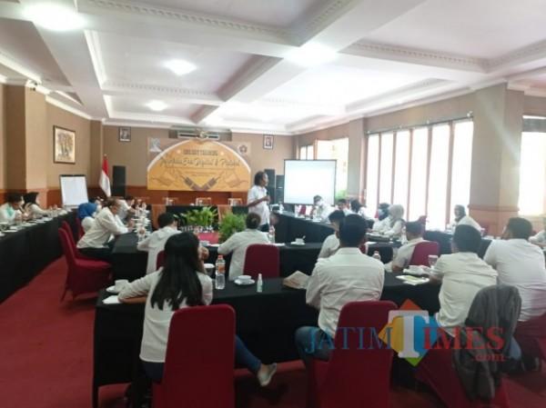 Suasana pelatihan jurnalistik pegawai Perumda Tugu Tirta Kota Malang.(foto: Hendra Saputra/MalangTIMES)