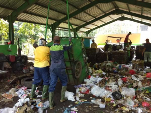 Penggerobak saat membawa sampah dan akan memilah nya (foto: Paguyuban SPA dan TPS 3R Velodrome)