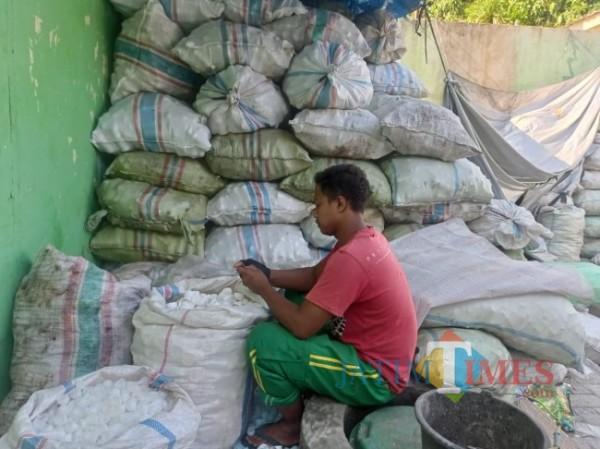 Penggerobak saat memilah sampah plastik (foto: Hendra Saputra/MalangTIMES)