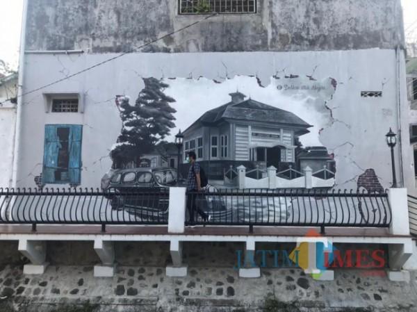 Tampak karya lukisan mural yang menambah kesan indah didalam kawasan jembatan yang berada di Kayutangan Heritage Kota Malang. (Foto: Tubagus Achmad/MalangTIMES)
