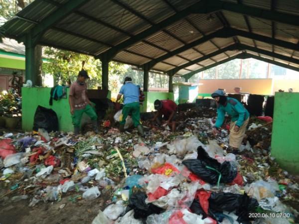 Tumpukan sampah yang dipilah penggerobak (foto: Paguyuban SPA dan TPS 3R Velodrome)