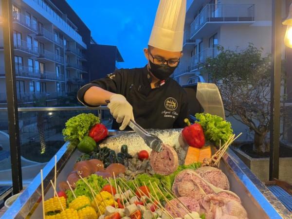 Salah satu chef menunjukkan La Grande Grill di The Peak Lounge Golden Tulip Holland Resort Batu. (Foto: Golden Tulip Holland Resort Batu)