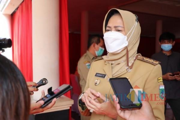 Wali Kota Batu Dewanti Rumpoko saat di Pendapa Kecamatan Bumiaji. (Foto: Irsya Richa/MalangTIMES)