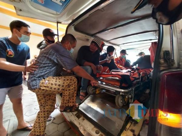 Jenazah korban atas nama Nabhan Zulfadli Irsa (7) yang berada didalam Mobil Ambulans bersama keluarga di Kamar Mayat RSSA Kota Malang, Selasa (1/6/2021). (Foto: Tubagus Achmad/MalangTIMES)