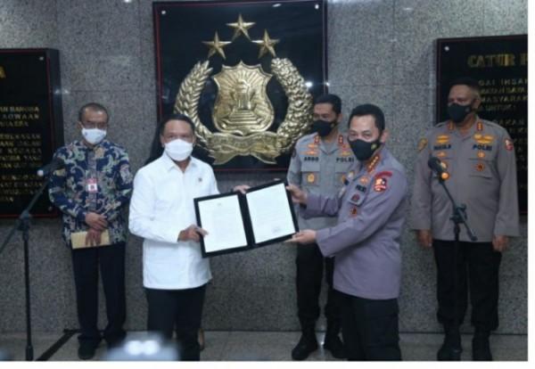 Kapolri Jenderal Listyo Sigit Prabowo resmi menerbitkan ijin pertandingan sepak bola Liga 1 dan 2 tahun 2021 di Gedung Mabes Polri, Jakarta Selatan, Senin (31/5/2021) (foto istimewa)