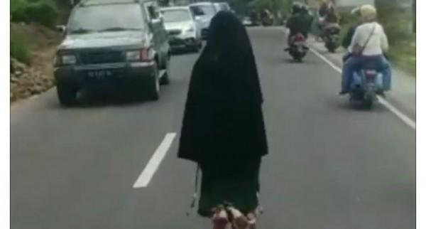 Perempuan bercadar membuat kemacetan (Foto: Screenshoot)