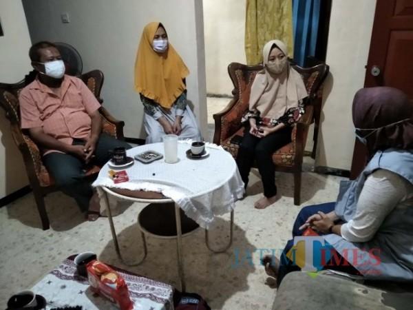 Solehati dari PPT DP3KB Pemkab Jember saat mendatangi rumah Rosalia untuk mendapatkan keterangan dan cerita langsung dari yang bersangkutan (foto : Moh. Ali Makrus / Jatim TIMES)