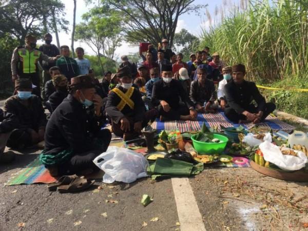 Suasana selamatan masyarakat di TKP kecelakaan (foto: istimewa)
