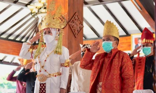Wali Kota Batu Dewanti Rumpoko bersama Wakil Wali Kota Batu Punjul Santoso hormat saat upacara bendera secara virtual di Pendopo Rumah Dinas Wali Kota Batu, Selasa (1/6/2021). (Foto: istimewa)