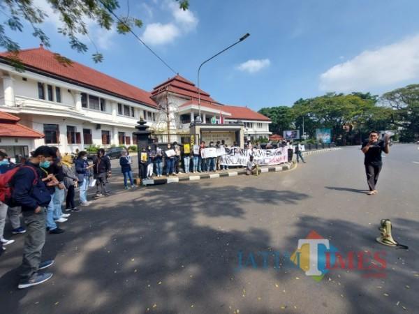 Aksi mimbar bebas yang dilakukan oleh massa dari Solidaritas Malang Melawan di depan Balai Kota Malang, Rabu (2/6/2021). (Foto: Tubagus Achmad/MalangTIMES)