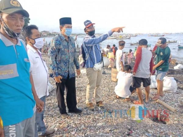 Danisworo, Camat Muncar (pakai kopiah) saat bersama tokoh masyarakat Muncar (Istimewa)
