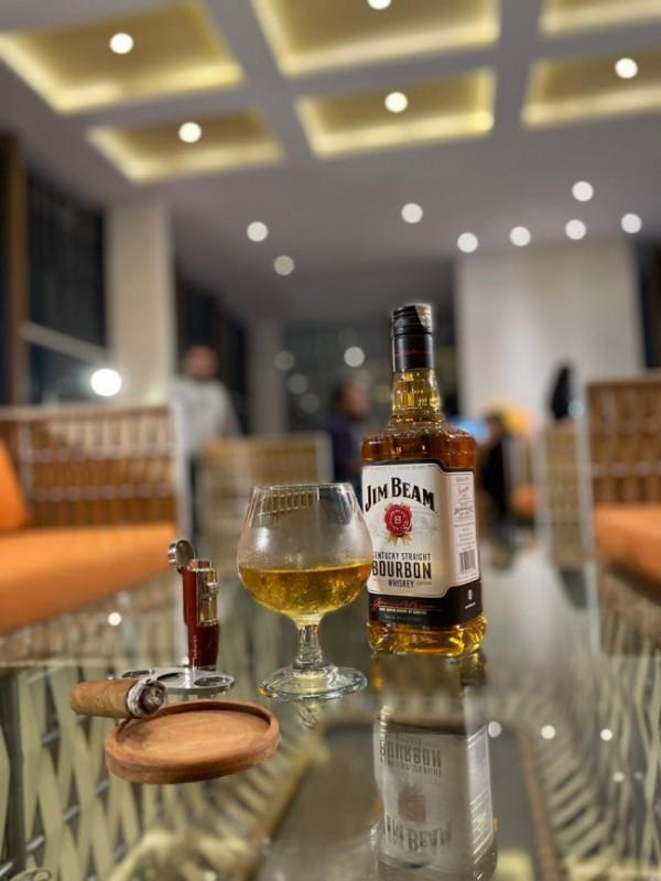 Golden Tulip Holland Resort Batu perkenalkan perpaduan minuman cigar dan whiskey (foto istimewa).