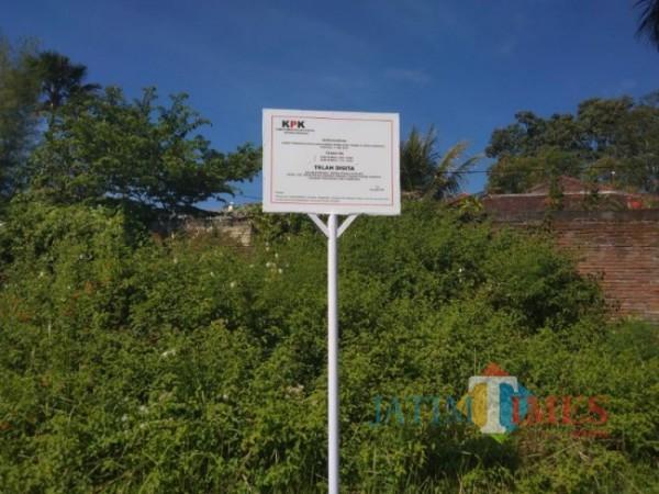 KPK pasang plang papan sitaan lahan di Jalan Sultan Agung, Kelurahan Sisir, Kecamatan Batu, Rabu (2/6/2021) (foto: Mariano Gale/ JatimTIMES)
