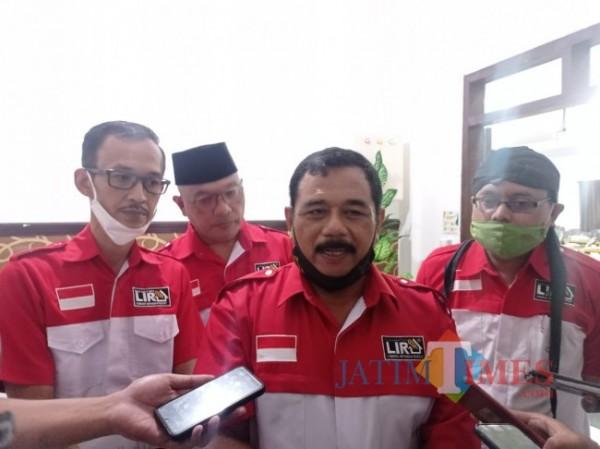 Ketua DPD LIRA Malang Raya, M Zuhdy Achmadi (tengah) saat memberikan keterangan kepada wartawan terkait Dewas Perumda Tirta Kanjuruhan (foto: Hendra Saputra/MalangTIMES)