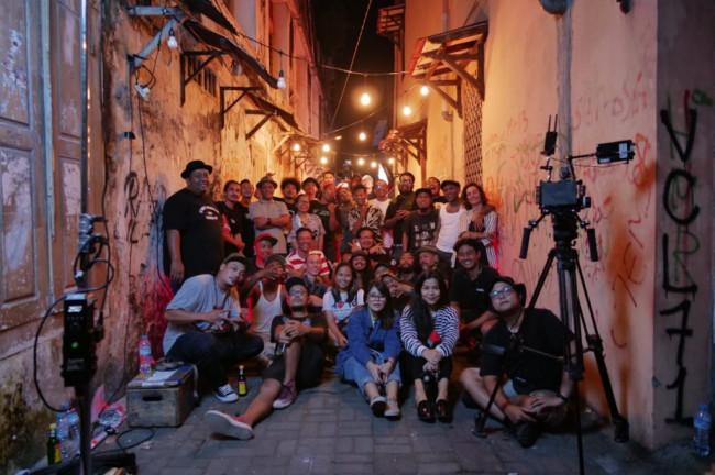 Personel Shaggydpg membaur bersama kru pembuatan video klip Di Sayidan.