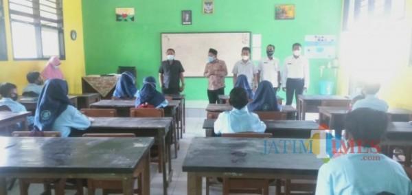 Rombongan Komisi D DPRD dan Dinas Pendidikan Bangkalan saat melakukan monitoring KBM tatap muka di sejumlah sekolah (Foto: Imam/ JatimTIMES)