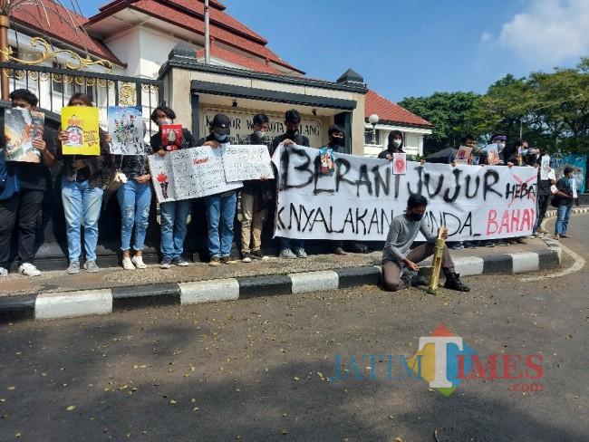 Tampak massa aksi yang turut serta dalam Solidaritas Malang Melawan.