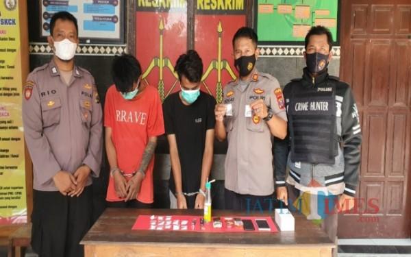 Kapolsek Mojowarno AKP Yogas saat menunjukkan pelaku pengedaran narkoba beserta barang bukti sabu-sabu di Mapolsek Mojowarno. (Istimewa)