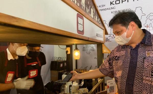 Menko Perekonomian Airlangga Hartarto kunjungan ke lokasi usaha Alumni Kartu Prakerja (Foto: Dok Kementerian)