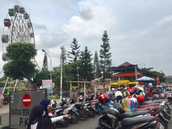 Parkir yang berada di kawasan Alun-Alun Kota Batu. (Foto: Irsya Richa/MalangTIMES)