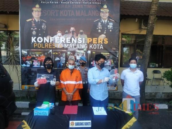 Polresta Malang merilis kasus percobaan pembunahan. Rilis tersebut berlangsung di Mako Polresta Malang, Kamis (3/6/2021) (foto: Mariano Gale/Jatim Times)