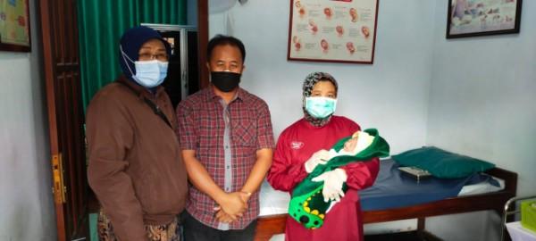 Bayi baru lahir di Desa Ngoran dibawa ke rumah bidan desa.(Foto : Istimewa)