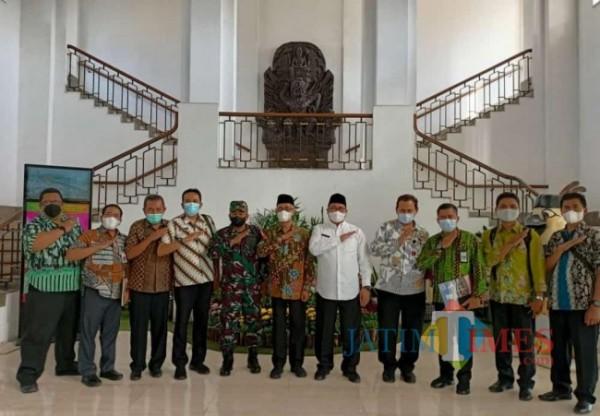 Bupati Bondowoso KH. Salwa Arifin (Tengah) (Foto: Abror Rosi/JatimTimes)