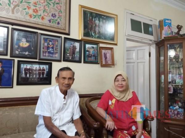 Calon jamaah haji tertua asal Kota Malang yakni Sadhi Budiono bin Torejo (76) bersama istrinya Sri Wardhani (64) saat ditemui dirumahnya, Jumat (4/6/2021). (Foto: Tubagus Achmad/MalangTIMES)