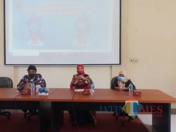 Dari kiri, Kepala DPUPRPKP Kota Malang, Hadi Santoso dan Ketua TP PKK Kota Malang, Widayati (tengah) (Anggara Sudiongko/MalangTIMES)