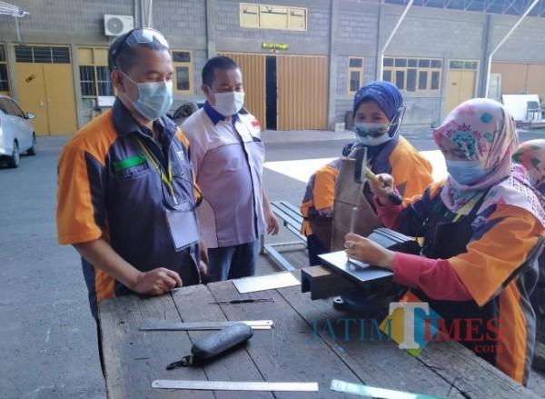 Guru kimia yang mendapatkan materi mengenai pengelasan (foto: Anggara Sudiongko/ MalangTIMES)