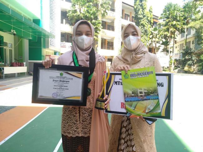 Salwa bersama sang ibunda pasca menerima penghargaan dari sekolah. (ist)