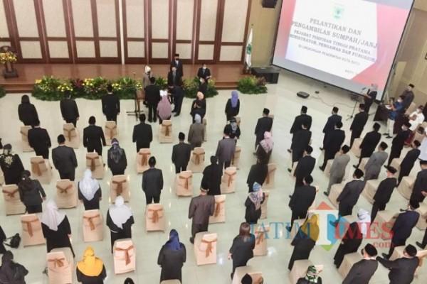 Suasana saat Wali Kota Batu Dewanti Rumpoko melakukan pelantikan di Graha Pancasila, Balai Kota Among Tani, Jumat (4/6/2021). (Foto: Irsya Richa/MalangTIMES)